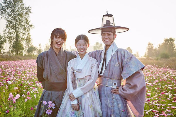 Love & Friendship in Moonlight Drawn by Clouds
