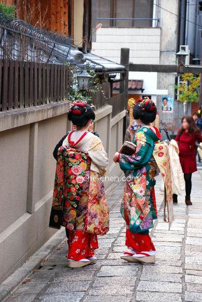 Tourist Dressed As Maiko @ Ishibei-koji 石塀小路, Kyoto